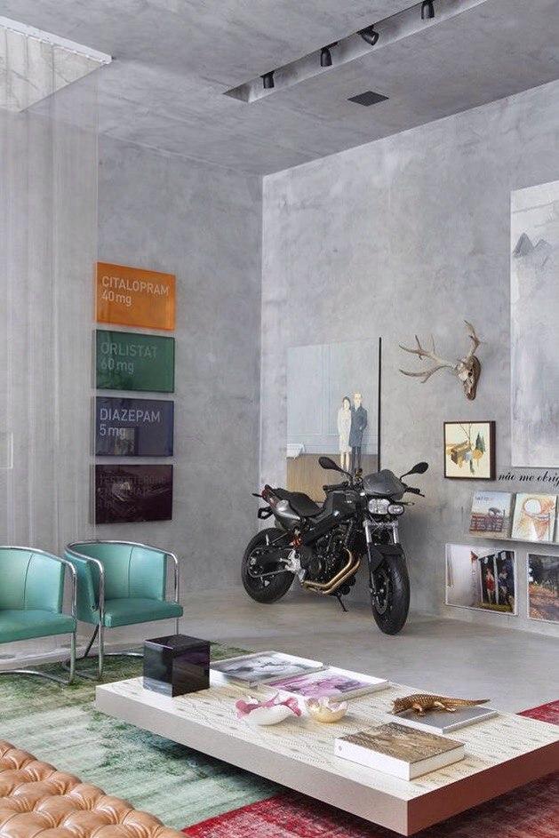 Брутальные бетонные стены с яркими акцентами.