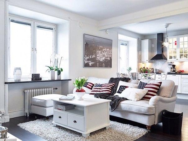 Чтобы белый не казался скучным, в интерьера используются яркие акценты - декор, текстиль.