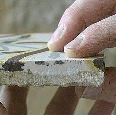 Метлахская плитка в разрезе. Здесь видно, что краска проникает во внутрь плитки.