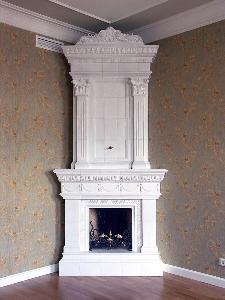 Белый изразцовый камин в античном стиле