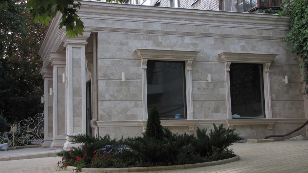 Отделка фасада здания травертином