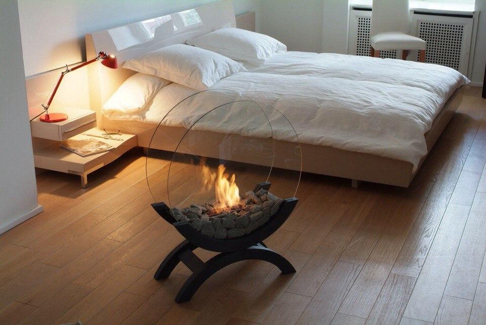 Напольный биокамин в спальне создает романтическую атмосферу