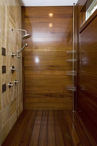 Душевая кабина с деревянной отделкой