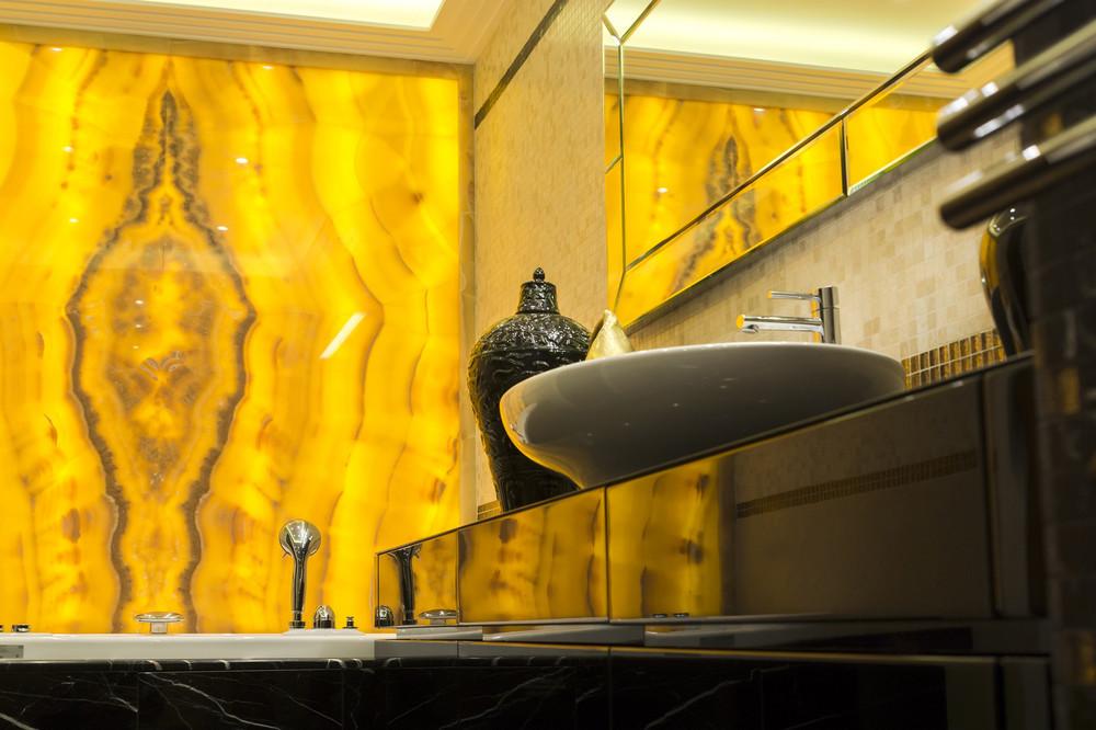 Оникс в дизайне интерьера ванной комнаты