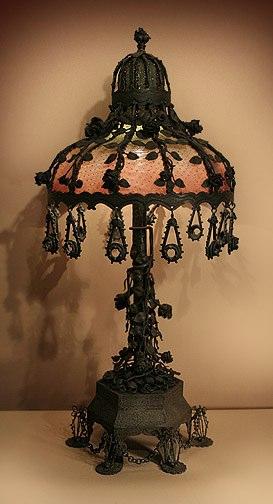 Настольная лампа в ретро-стиле с элементами ковки и тканевым плафоном