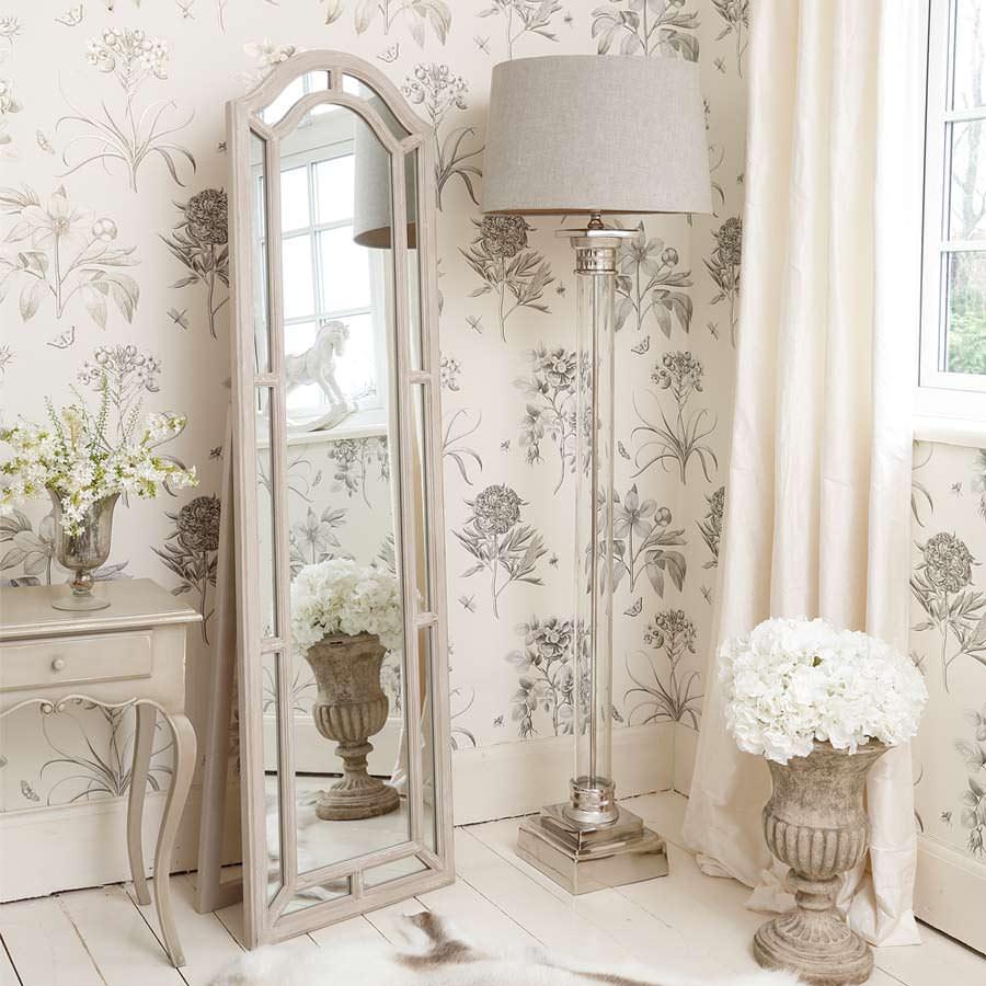 Нежные флористические узоры в сочетании с винтажным декором в тон