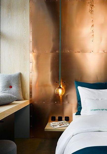 Дизайн интерьера спальни. Медное изголовье кровати