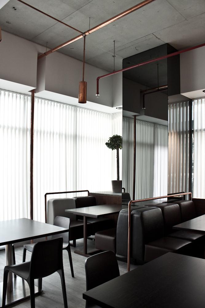 Дизайн интерьера кафе в современном стиле с необычным медным декором