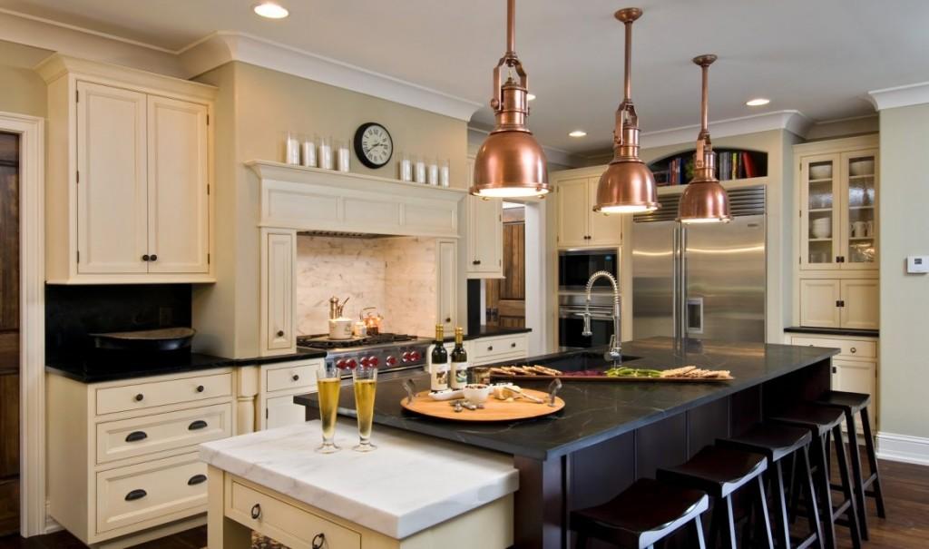 Дизайн интерьера кухни в стиле неоклассика с медными элементами освещения
